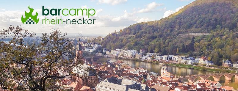 Blick auf die Heidelberger Altstadt vom Schloss aus. Links oben ist das Logo eingebunden.