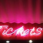"""Aufnahme des Leuchtschildes mit der Aufschrift """"Tickets"""""""