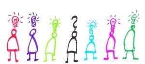 7 Strichmännchen in verschiedenen Farben auf weißer Fläche. 6 haben eine Glühbirne über dem Kopf, eine ein Fragezeichen