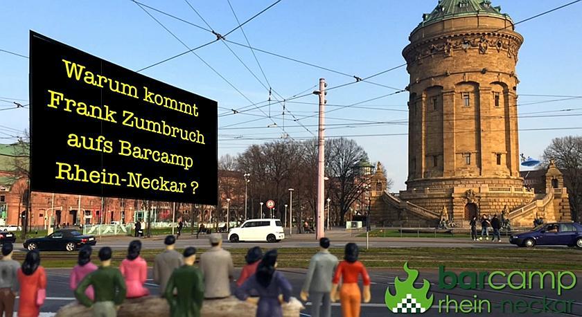 Bildschirmfoto der Videoaufnahme. Miniaturfiguren schauen auf eine große Leinwand. Im Hintergrund ist der Mannheimer Wasserturm zu sehen..