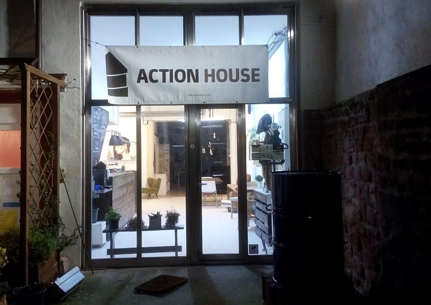 Glasfront am Eingang des Action House. Es ist dunkel und Winter.