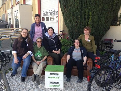 Eine Gruppe von sechs BücherFrauen vor dem Heidelberger Dezernat 16.