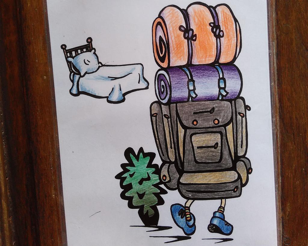 Laminierte Zeichnung eines Backpackers mit viel Gepäck und einem Bett