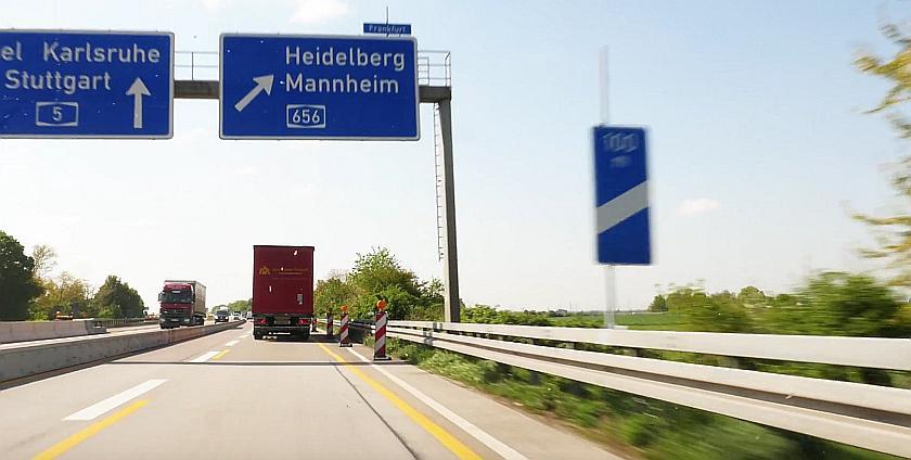 Aus dem Auto auf der Autobahn. Schilder zeigen die Auswahrt Heidelberg-Mannheim