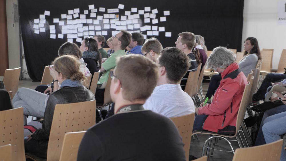 Hier sind die Teilnehmenden des Barcamps in 2015 bei der Sessionplanung zu sehen.