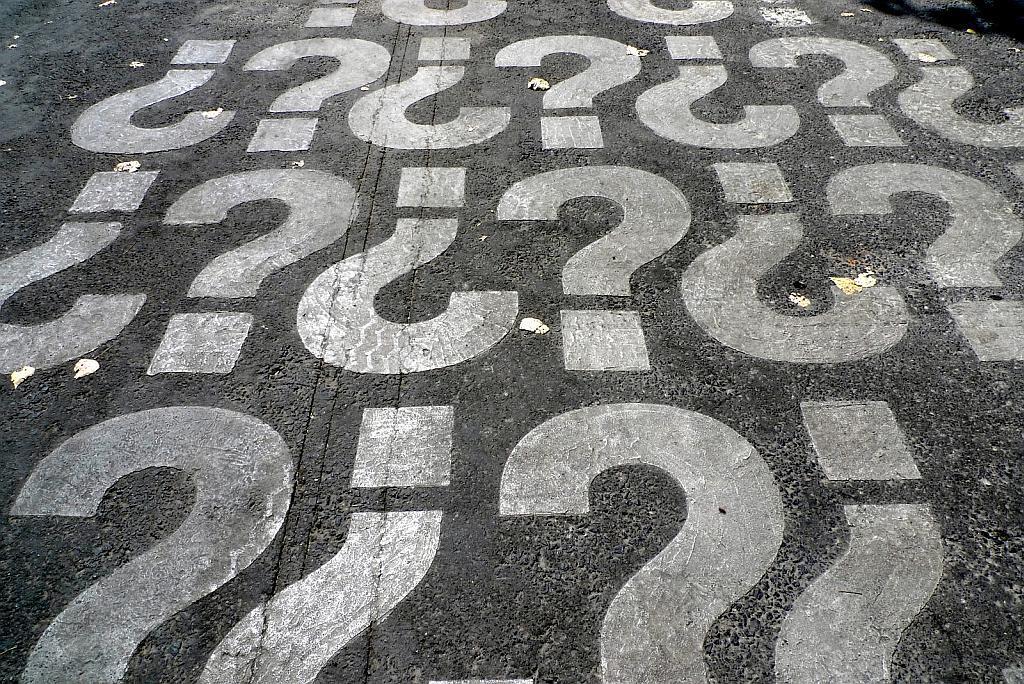 Ein Bodenbelag auf dem Fragezeichen gemalt sind