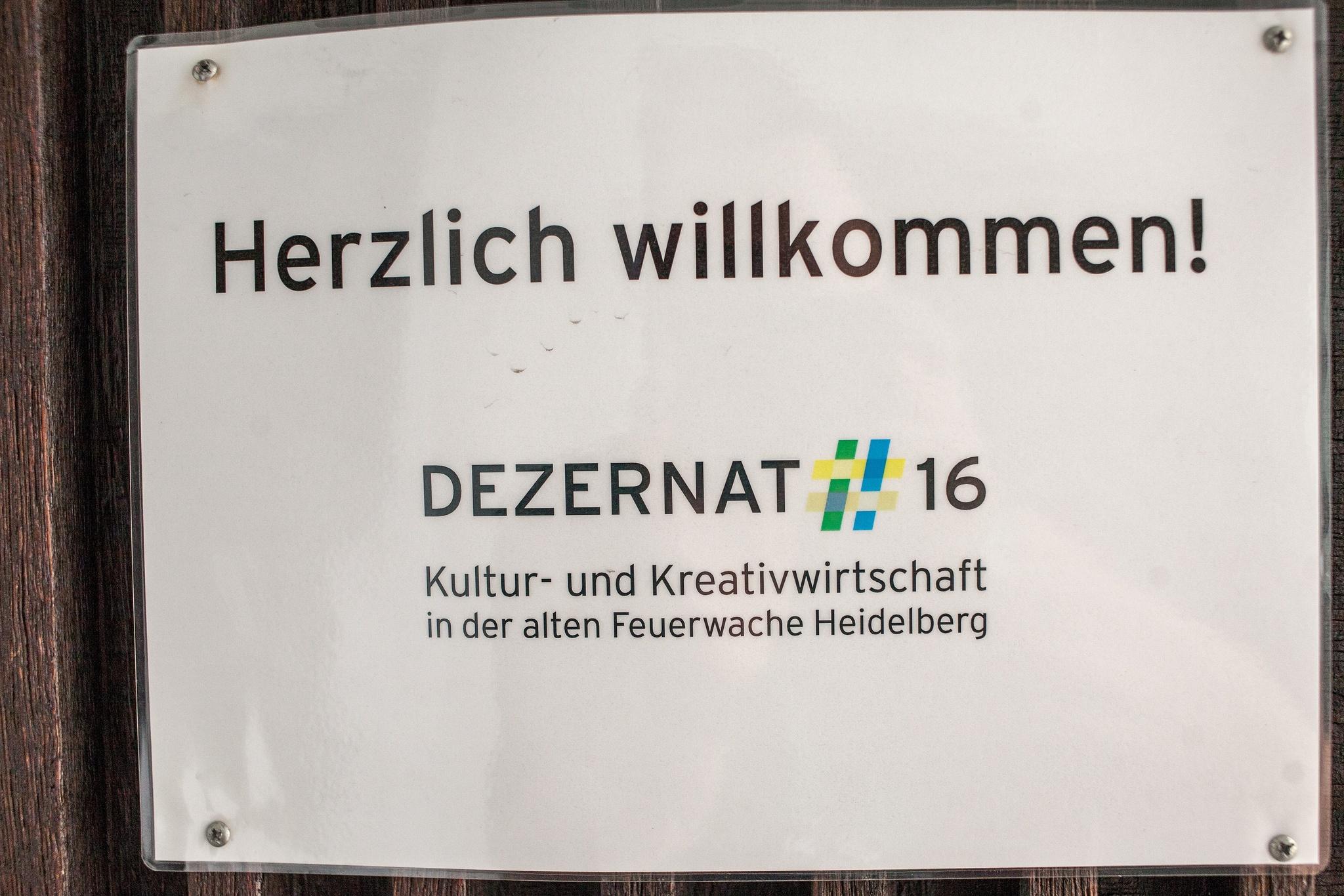 Das Schild am Eingang zum Dezernat 16 heißt alle Barcamp-Teilnehmer willkommen.