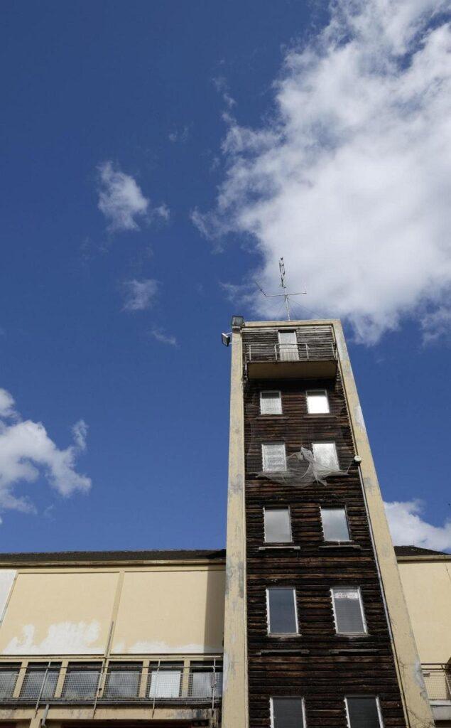 Schlauchturm der ehemaligen Feuerwache im Dezernat 16