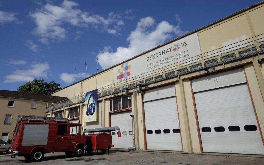 Tore zur Fahrzeughalle der ehemaligen Feuerwache im Dezernat 16