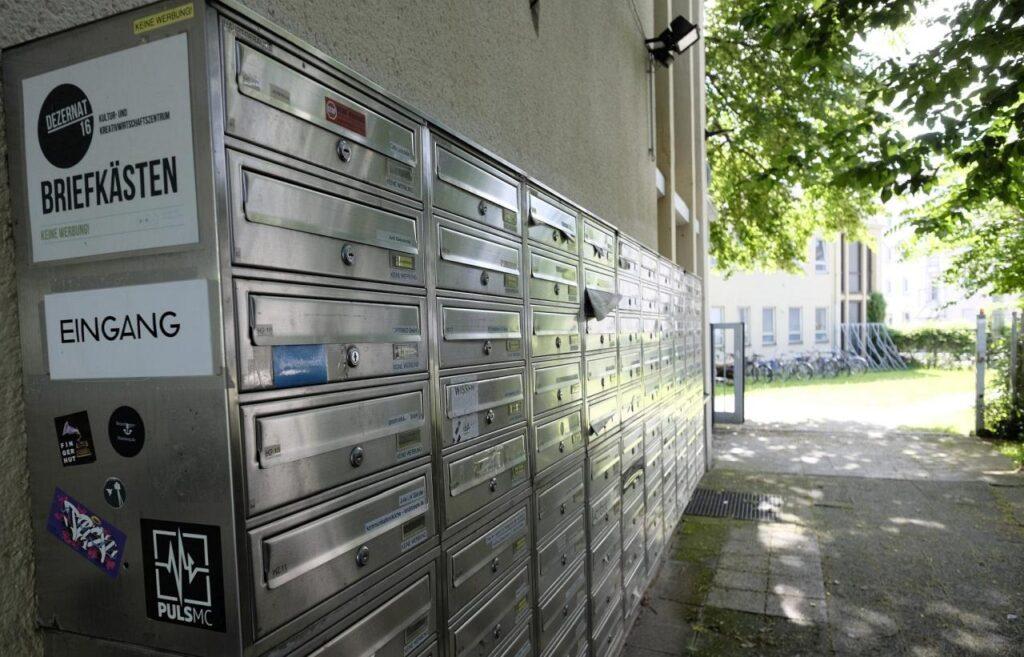 Briefkästen für die Mieter des Dezernat 16 und Haupteingang des Hauses