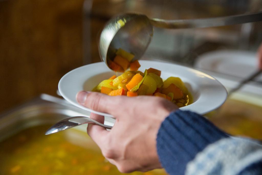 Ein Teller mit Kürbis-Gemüseeintropf