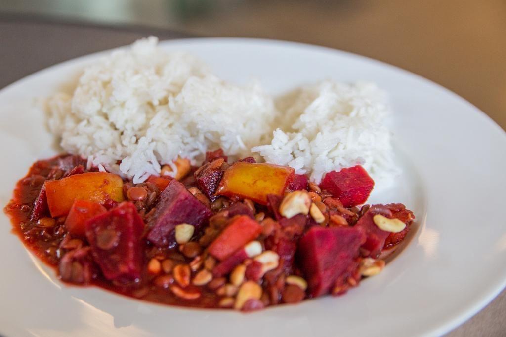 Teller mit Reis und rote Beete